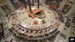 14일 프란치스코 교황(중앙)이 바티칸 성베드로 대성당에서 열린 20쌍 커플의 집단 결혼식 주례사를 하고 있다.