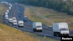 El convoy ruso viaja por una carretera al sur de Voronezh, del lado ruso de la frontera con Ucrania.