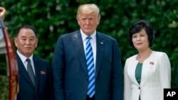 Thương thuyết gia của Triều Tiên, Kim Yong Chol (trái), và Tổng thống Mỹ Donald Trump (giữa).
