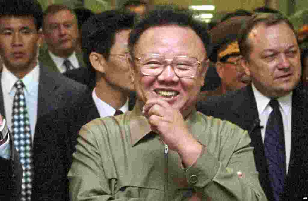North Korean leader Kim Jong-Il (C) smiles while visiting a shopping center in Vladivostok, August 23, 2002. (AFP)