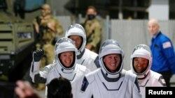 Astronot NASA Shane Kimbrough dan Megan McArthur, astronaut JAXA Akihiko Hoshide, dan astronaut ESA Thomas Pesquet tiba untuk menaiki roket SpaceX Falcon 9 dengan kapsul Crew Dragon. (Foto: Reuters)