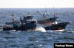한국의 군산해양경찰서는 지난 10일 기상 악화를 틈타 한·중 어업협정 해상에서 몰래 조업을 시도하는 중국어선에 대한 퇴거 압박 수위를 높이고 있다고 밝혔다. 사진은 해경 감시를 피해 불법 조업하는 중국어선.