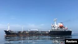 圖為停泊在委內瑞拉科魯茲煉油廠港口外的一艘巨型油輪(2018年7月19日)。