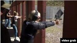 Sebagian guru di negara bagian Utah, melewati liburan musim panas tahun ini dengan mengikuti pelatihan khusus belajar menembak (Foto: AP/videograb).