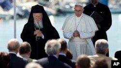 Le pape Francis, à droite, et le patriarche orthodoxe Bartholomée lors d'une prière œcuménique au port de Mytilène sur l'île grecque de Lesbos, Grèce, 6 avril 2016.