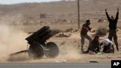 利比亚反政府武装周日向忠于卡扎菲的战机发射火箭