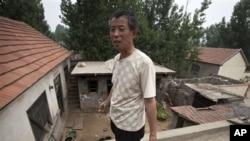 陈克贵的父亲陈光福6月8日在东师古村说明弟弟陈光诚逃脱软禁的路线。当局已从村中撤走摄像机和安全人员,但恐惧感仍未消失。
