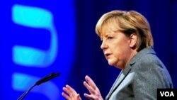 Kanselir Angela Merkel sedang tidak berada di Jerman ketika menerima kiriman paket mencurigakan di kantornya.