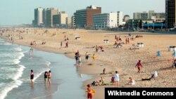 미국 버지니아주의 관광명소인 버지니아 비치에서 관광객들이 해수욕을 즐기고 있다.