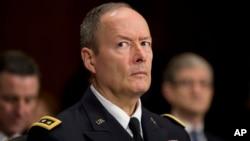 Direktur Badan Keamanan Nasional AS (NSA), Jenderal Keith Alexander hari Selasa (29/10) membela program pengintaian besar-besaran di depan Komisi DPR AS (foto: dok).
