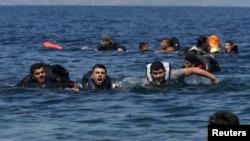 Afg'on va suriyalik qochqinlar Gretsiyaning Lesbos oroli yaqinida