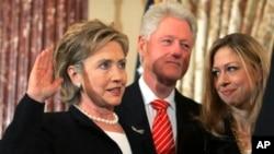 هیلاری در کنار همسر و دخترش در مراسم سوگند برای تصدی وزارت خارجه آمریکا - سال ۲۰۰۹