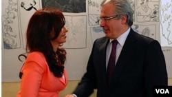La presidenta de Argentina, Cristina Fernández, saluda al juez español Baltasar Garzón.