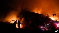 加利福尼亚州一栋民宅在两名消防队员眼前燃烧