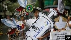 Para demonstran menunjukkan slogan dalam demonstrasi memprotes program pemberian vaksin antidengue Dengvaxia terhadap lebih dari 700.000 anak Filipina di Manila, Filipina, 18 Desember 2017. Vaksin kontroversial itu dibuat oleh Sanofi Pasteur