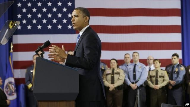 Barack Obama habla sobre control de armas en el Centro de Operaciones Especiales de la policía de Minneapolis.