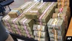 Estos son los fajos de dólares incautados a los dos hombres, un ciudadano de EE.UU. y otro de México, que fueron detenidos bajo sospecha de contrabando de dinero.