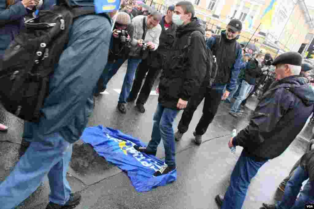 В марше, посвященном 70-той годовщине создания Украинской повстанческой армии, приняли участие фанаты футбольной команды «Динамо Киев»