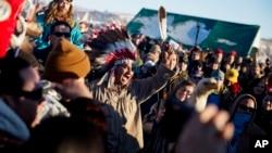 Slavlje u kampu Oceti Sakovin posle vesti da vlada nije dala dozvolu za prolazak naftovoda u blizini rezervata