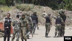 Para anggota pasukan keamanan Suriah terus melakukan penindakan keras terhadap demonstran anti-pemerintah.