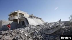 紧接着在叙利亚空军9月3日轰炸了阿扎兹地区之后,当地居民站在被炸毁的建筑物之前