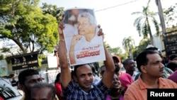 拉賈帕克薩的支持者星期天(11月17日)高舉他的畫像。