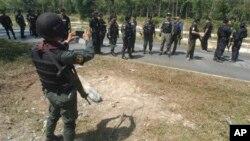 Tentara Thailand tengah melakukan pencarian di wilayah Cho Airong, propinsi Narathiwat, selatan Thailand (Foto: dok). Seorang marinir Thailand ditemukan tewas ditembak di wilayah Rue So, propinsi Narathiwat, Senin (1/4).