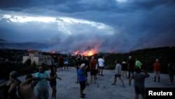 Người dân chứng kiến lửa cháy rừng quét qua thị trấn Rafina, gần Athens, Hy Lạp, hôm 23/7. Ít nhất 60 người thiệt mạng trong vụ cháy rừng tồi tệ nhất ở Hy Lạp trong hơn 1 thập niên qua.