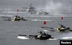 在中国山东半岛附近举行的中俄联合军演出动了水陆两栖坦克(2005年8月20日)