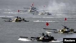 在山东半岛附近举行的中俄联合军演出动了水陆两栖坦克(2005年8月20日)