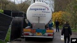Policajci ispred farme u Holandiji, na kojoj je otkriven ptičji grip