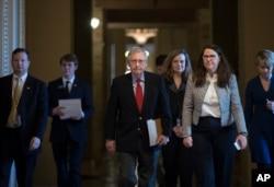 Pemimpin Senat Mitch McConnell, dari Partai Repubik, pada hari pertama penutupan sebagian pemerintah di Gedung DPR, Washington, 20 Januari 2018.