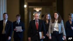 美国政府关闭的第一天,参议院多数党共和党领袖麦康奈尔走向会议室(2018年1月20日)