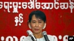លោកស្រីអោងសានស៊ូជីមេដឹកនាំគាំទ្រលទ្ធិប្រជាធិបតេយ្យនិយាយជាមួយយុវជន នៅការិយាល័យនៃសម្ព័ន្ធជាតិដើម្បីលទ្ធិប្រជាធិបតេយ្យ នៅទីក្រុង Yangon ថ្ងៃ៨ ខែកុម្ភ: