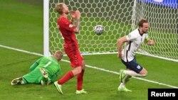هری کین، کپتان تیم ملی انگلستان دومین گول تیمش را با ضربه پنالتی به ثمر رساند.