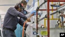 미국 샌디에고 시 금속 제조공장에서 근로자들이 작업을 하고 있다. (자료사진)