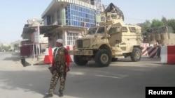아프가니스탄 서부 파라주의 정부 청사 입구에서 아프간 보안군이 보초를 서고 있다.