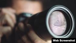 """徕卡相机镜头里反映出1989年六四事件期间在北京王府井路段上只身阻拦军队坦克车队的年轻人。(YouTube视频""""Leica - The Hunt""""截图)"""