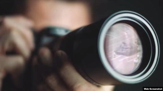 徕卡相机镜头里反映出1989年六四事件期间在北京王府井路段上只身阻拦军队坦克车队的年轻人。