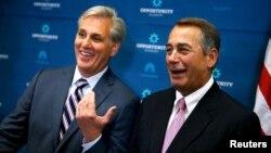 លោក Kevin McCarthy (រូបឆ្វេង) ប្រធានក្រុមសម្លេងភាគច្រើន និងលោក John Boehner ប្រធានសភា។