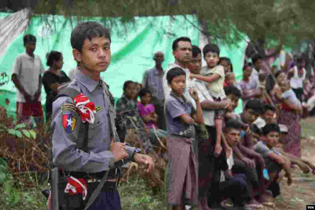 Polisi dari Rangoon menjaga kamp penampungan Muslim di luar kota Kyauk Phyu, Rakhine.
