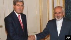 23일 오스트리아 빈에서 존 케리 미국 국무장관(왼쪽)이 무함마드 자바드 자리프 이란 외무장관과 핵 회담에 앞서 악수하고 있다.