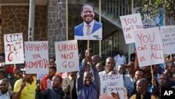 主要反对派领导人奥廷加的支持者在在肯尼亚内罗毕的最高法院外面举行了抗议。(2017年8月18日)