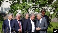 Les ministres des Affaires étrangères de six Etats fondateurs de l'Union européenne -de gauche à droite- Didier Reynders de la Belgique, Frank-Walter Steinmeier de l'Allemagne, Paolo Gentiloni de l'Italie, Jean Asselborn du Luxembourg, Jean-Marc Ayrault de la France et Bert Koenders des Pays-Bas, marchent à travers le parc de la Villa Borsig, guest house du ministère des Affaires étrangères allemande, lors d'une réunion sur le Brexit, à Berlin, 25 juin 2016. (AP Photo / Markus Schreiber)