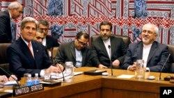 美国国务卿(左)和伊朗外长在联合国五常加一会议上