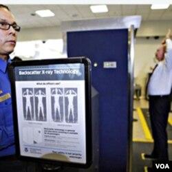 Ketatnya pemeriksaan keamanan di bandara seperti ini telah menjadi bagian dari rutinitas di AS dan berbagai negara di dunia pasca 9/11.