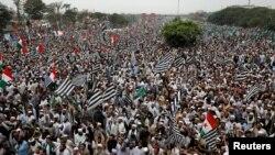 آزادی مارچ کے چوتھے روز مولانا فضل الرحمٰن کا کہنا تھا کہ ہر بار انتخابات میں مداخلت کی جاتی ہے— فائل فوٹو