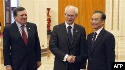 Thủ tướng Trung Quốc Ôn Gia Bảo bắt tay với Chủ tịch Châu Âu Herman Van Rompuy, bên trái là Chủ tịch Ủy hội Châu Âu Jose Manuel Barroso tại Sảnh đường Nhân dân ở Bắc Kinh, ngày 14/2/2012