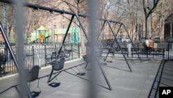 Prazne ljuljaške u parku, u blizini škole u Njujorku (Foto: AP/John Minchillo)