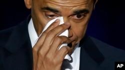 صدر اوباما مکارمک پلیس، شکاگو میں اپنے خطاب کے دوران آنسو پونچھتے ہوئے۔